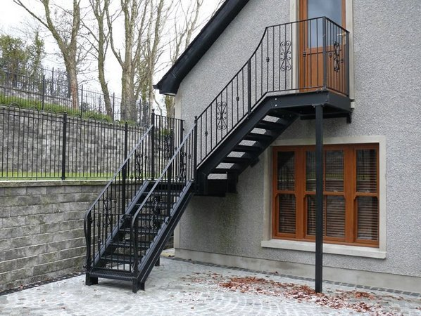 Уличная лестница на второй этаж частного дома своими руками
